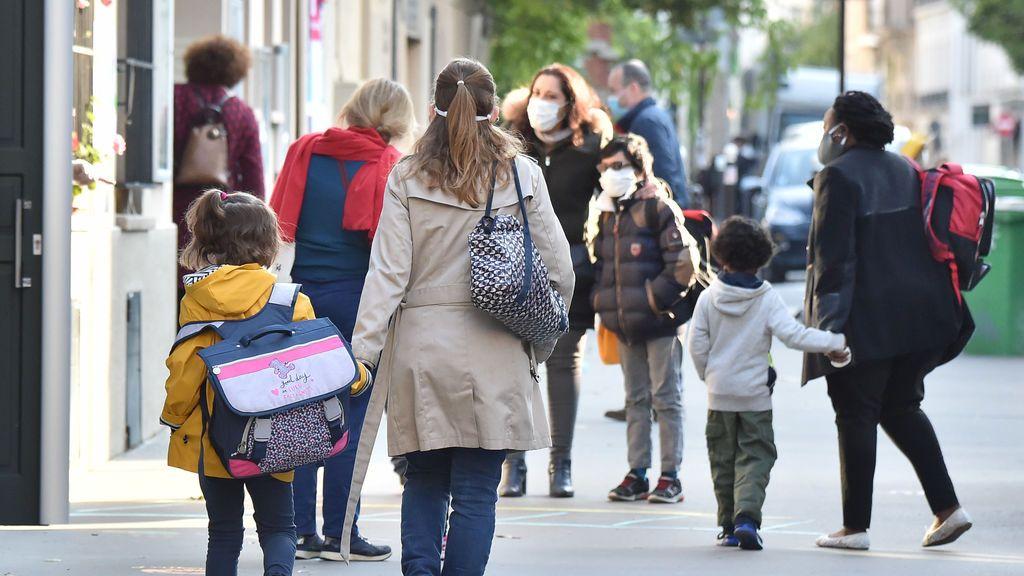 Francia prohíbe las mascarillas de tela caseras en los colegios