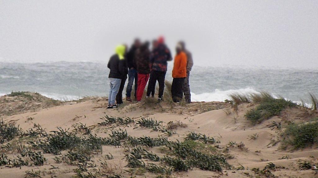 Un grupo de `busquimanos´ observa el trabajo de la Guardia Civil