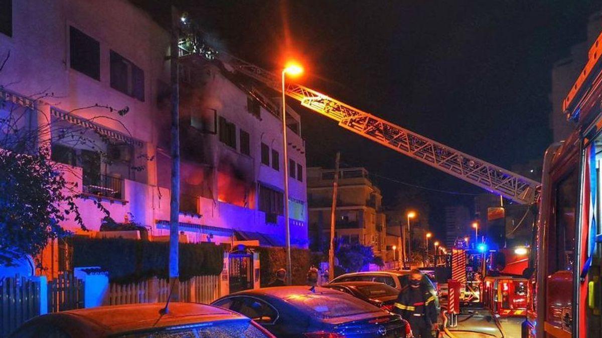 Fallece una mujer minutos después de ser rescatada por los bomberos del incendio de su vivienda en Alicante