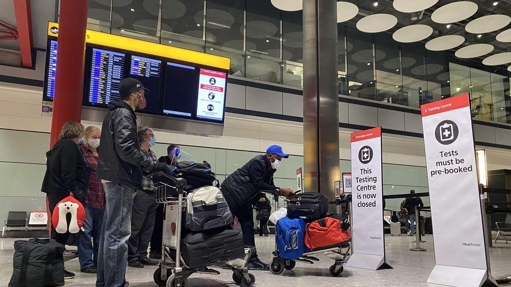 EuropaPress_3521965_18_january_2021_united_kingdom_london_passengers_wait_in_line_outside_the