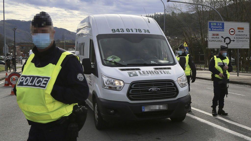 EuropaPress_3545191_varios_gendarmes_realizan_control_movilidad_puente_behobia_une_barrio