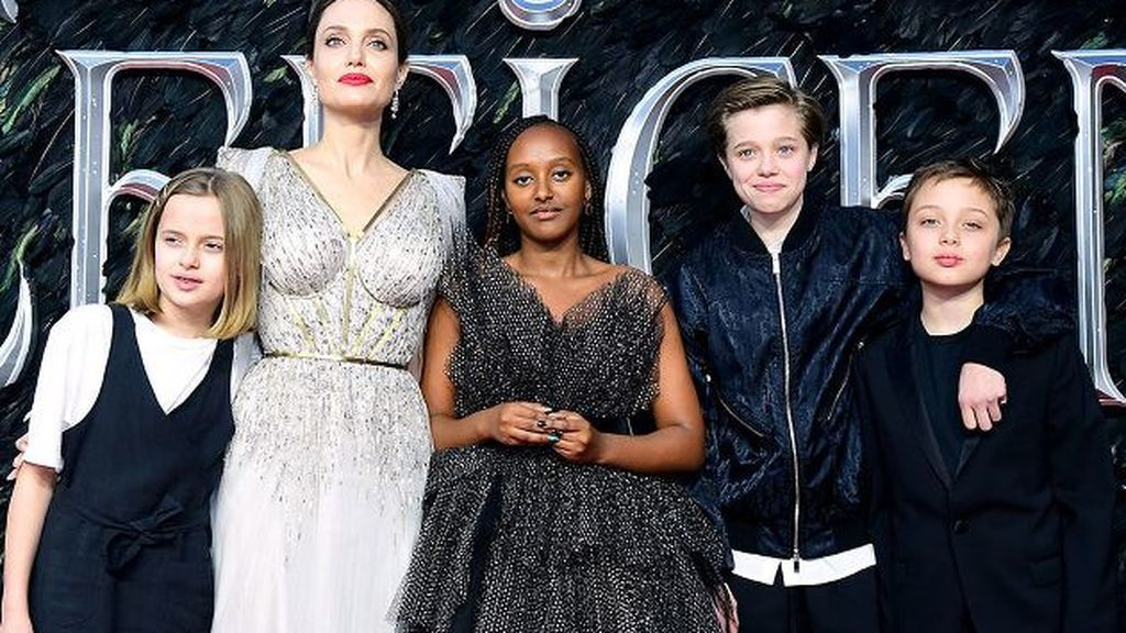 Angelina Jolie con sus cuatro hijos en el estreno de 'Maléfica 2'