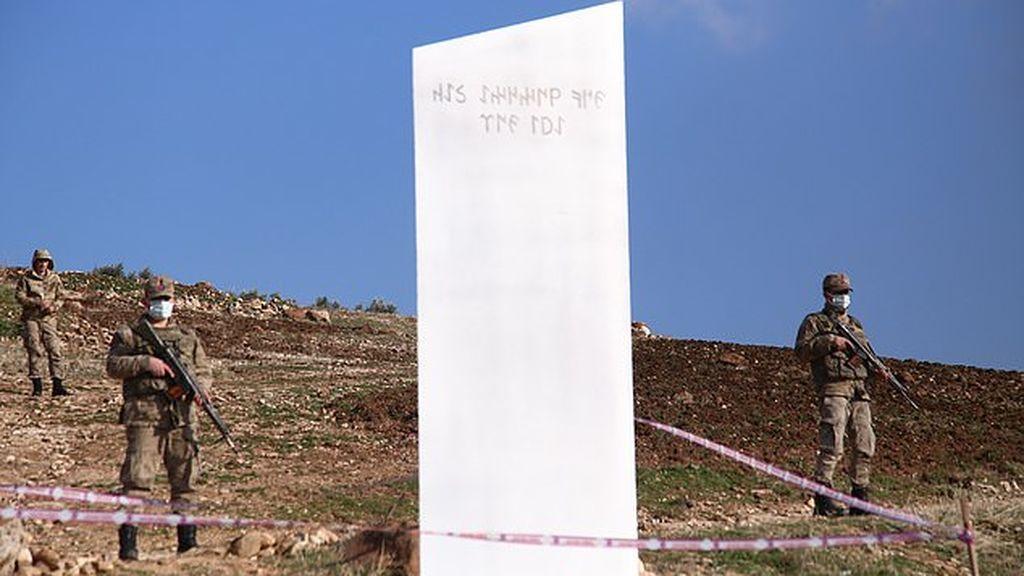 Monolito de metal fue encontrado por un agricultor en Turquía