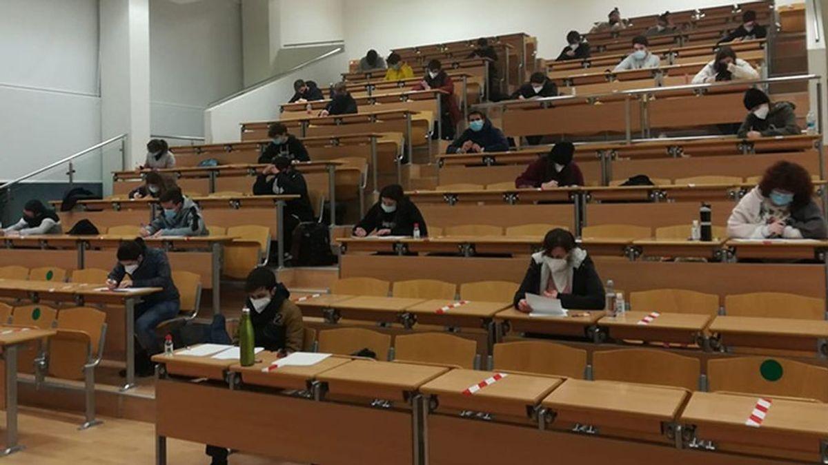 Cataluña prioriza la vacunación de profesores pero excluye a los de universidad