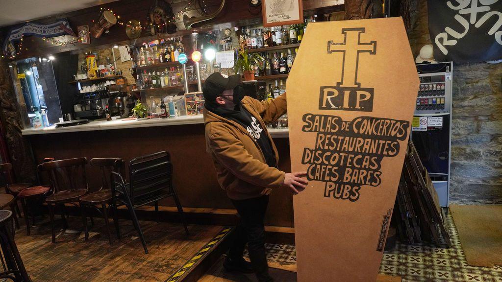 Hostelero de Santiago de Compostela protesta por las restricciones del covid