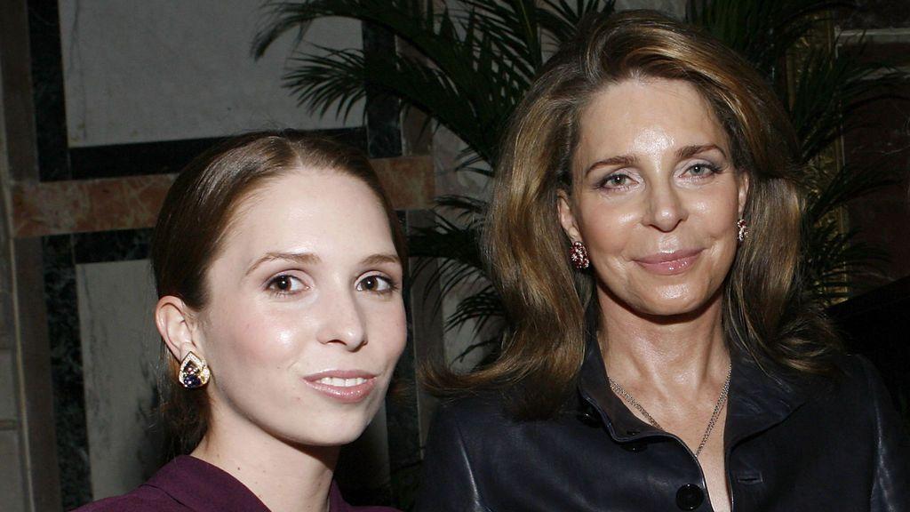 Raiyah de Jordania (izquierda) con su madre, Noor de Jordania (2009)