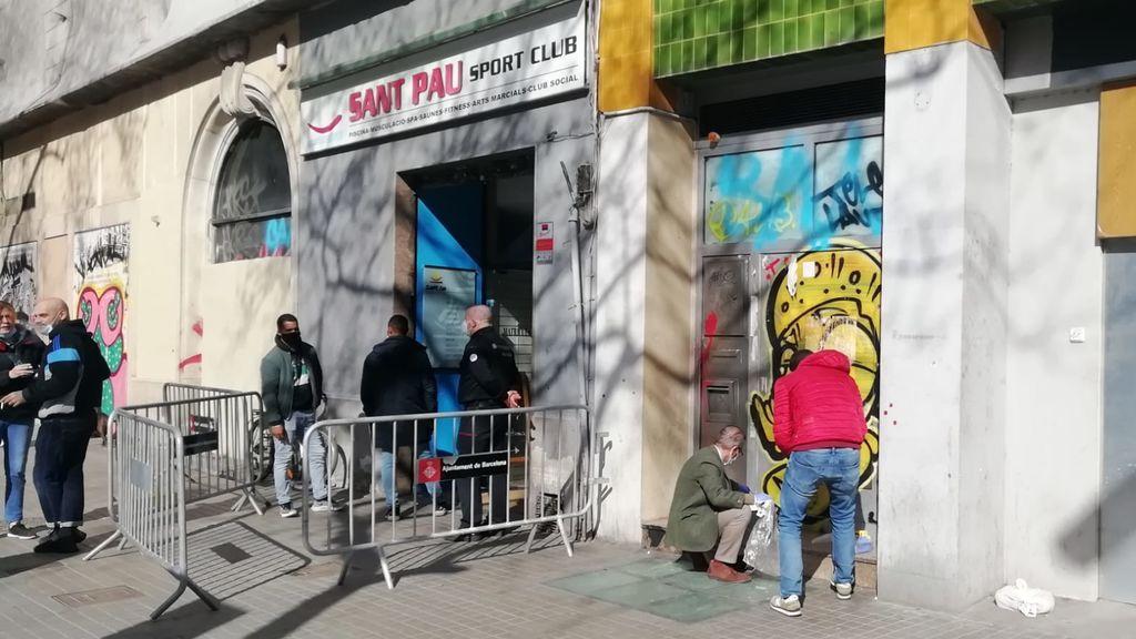Rocían con gasolina a un sin techo que dormía en la puerta de un gimnasio en Barcelona