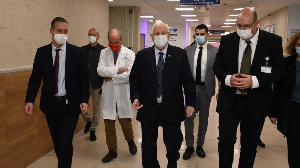 Shlomo Maayan caminando en el Hospital Barzila al lado del Presidente de Israel Reuven Rivlin