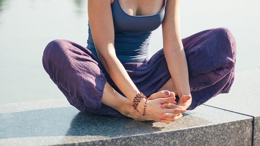 Una de las prendas más demandadas para hacer yoga son los pantalones holgados.