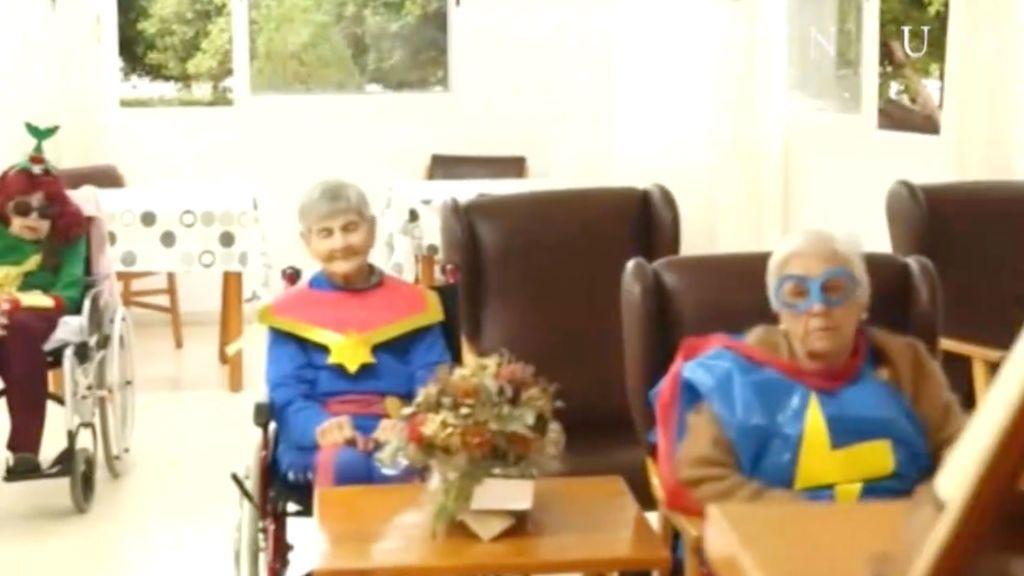 Los ancianos de una residencia reciben la vacuna vestidos de superhéroes