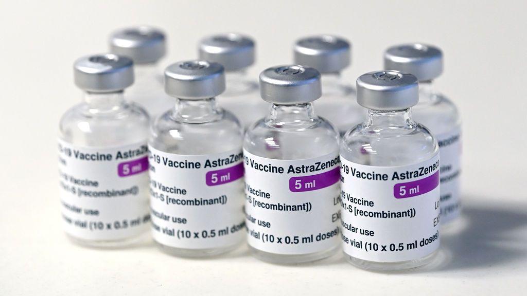 España se atasca con la vacunación por el lio de AstraZeneca: llegan más dosis que nunca, pero se ponen menos inyecciones