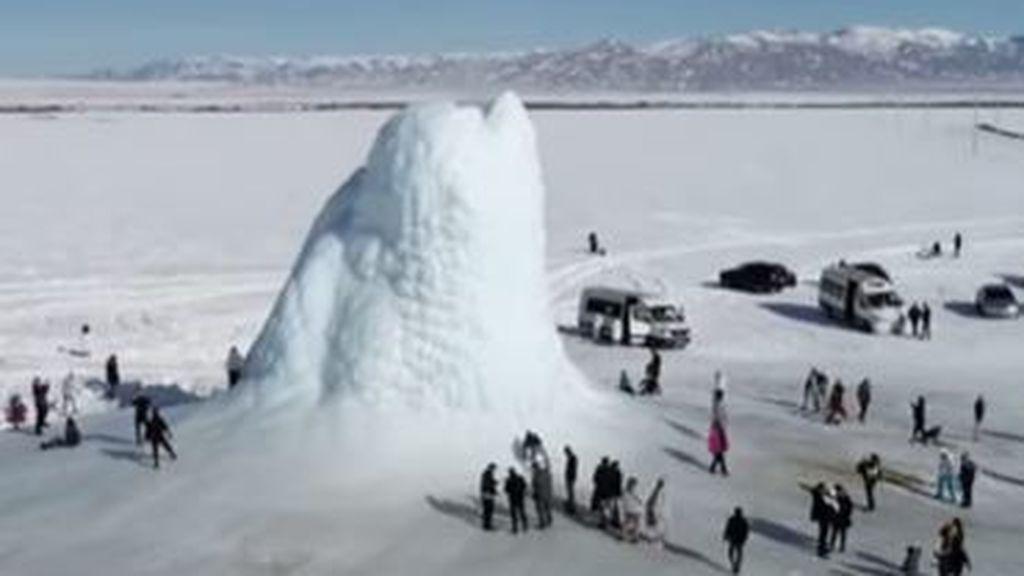 Aparece de la nada un singular volcán de hielo de 13 metros en Kazajstán