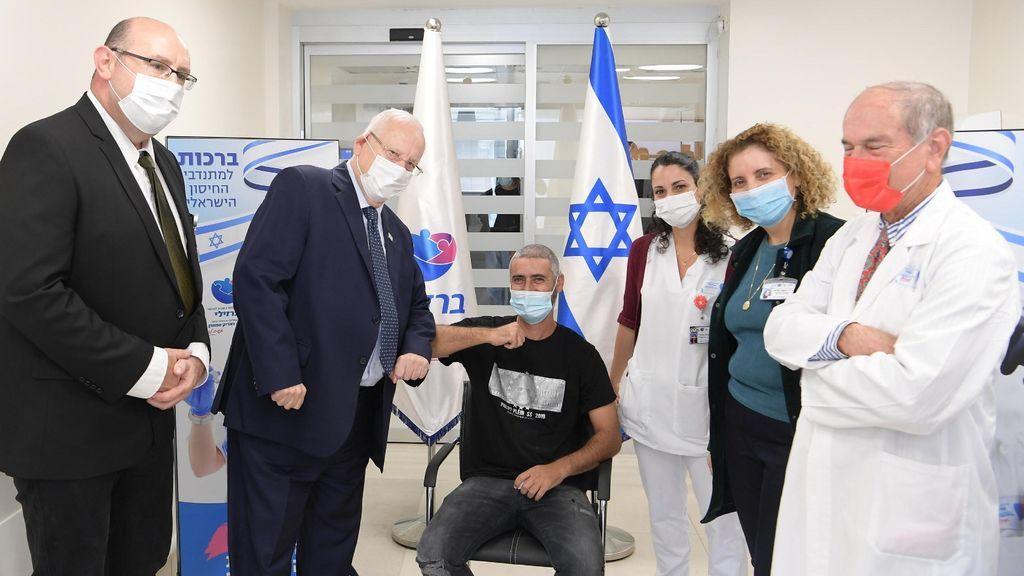 Primer voluntario en los ensayos del proyecto israelí para la vacuna (A la derecha de la foto, el virólogo Shlomo Maayan)