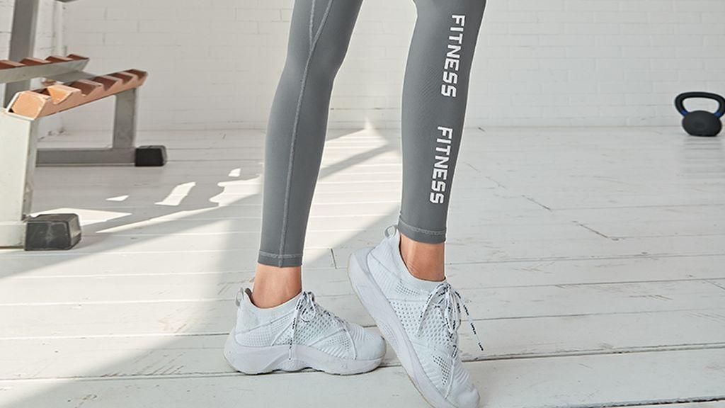 También, será muy importante contar con unas zapatillas deportivas con sujeción.