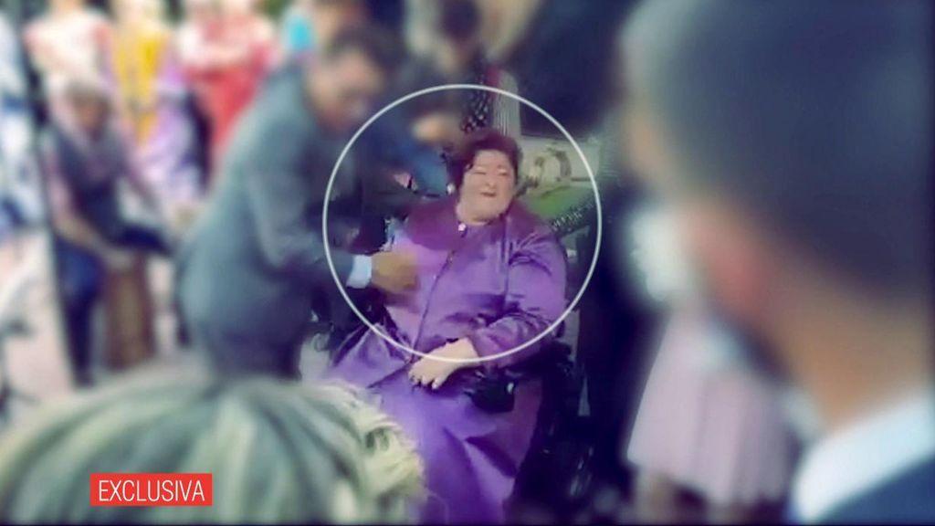 Las imágenes de la falsa hija del emérito liderando una secta: juramientos y abrazos