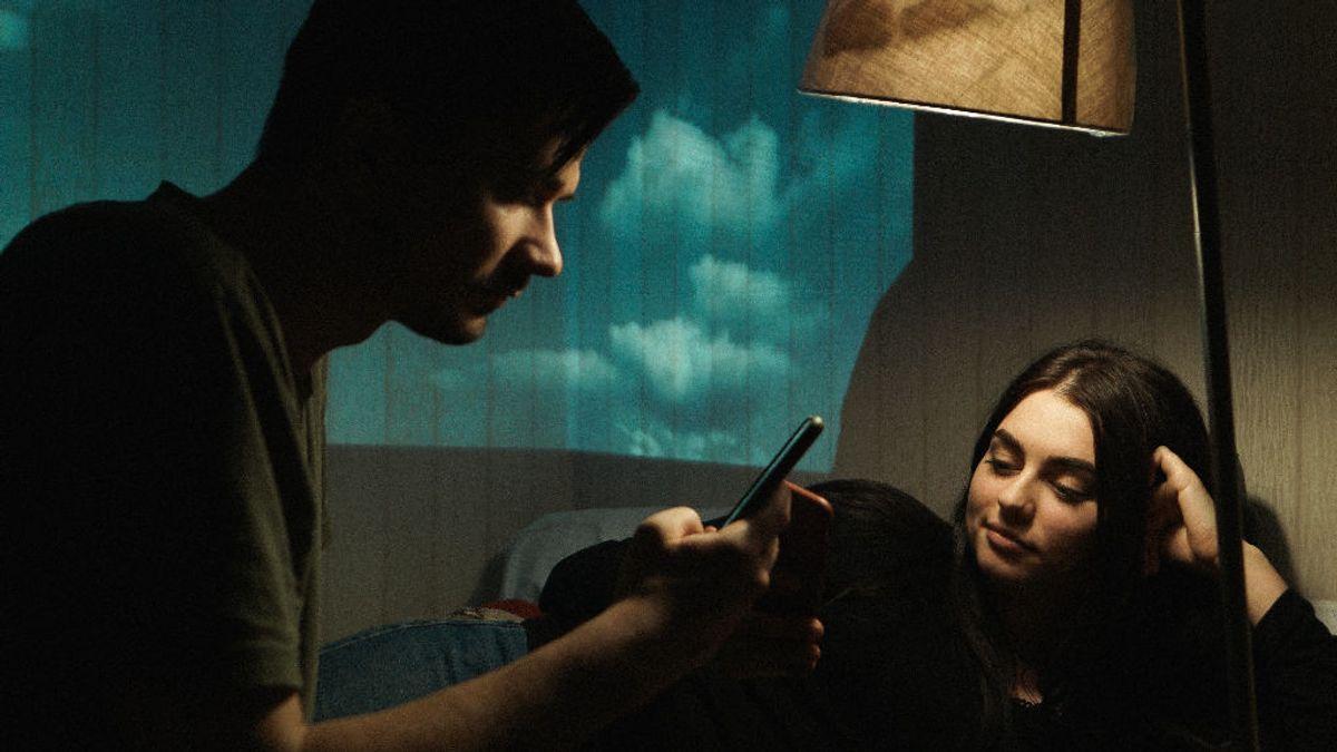 Un novio controlador recibe una lección: enseña a su novia lo que oculta su móvil y no sabe dónde esconderse