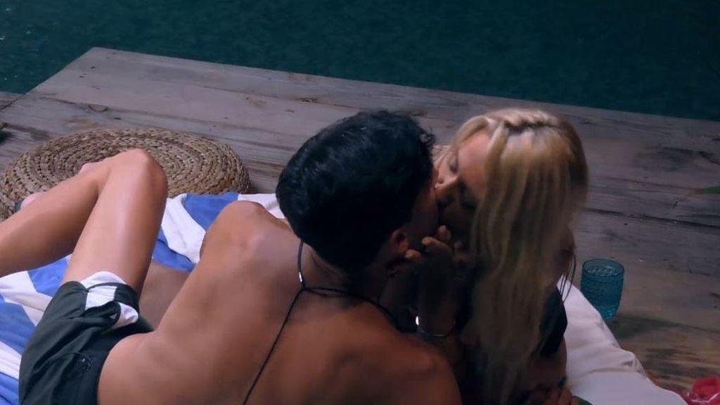 Diego y Carla se besan