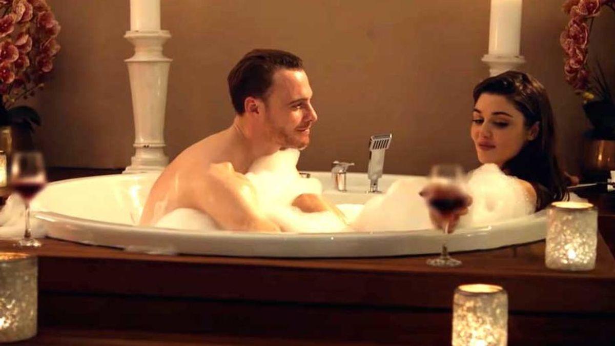 La pareja de 'Love is in the air' en el jacuzzi