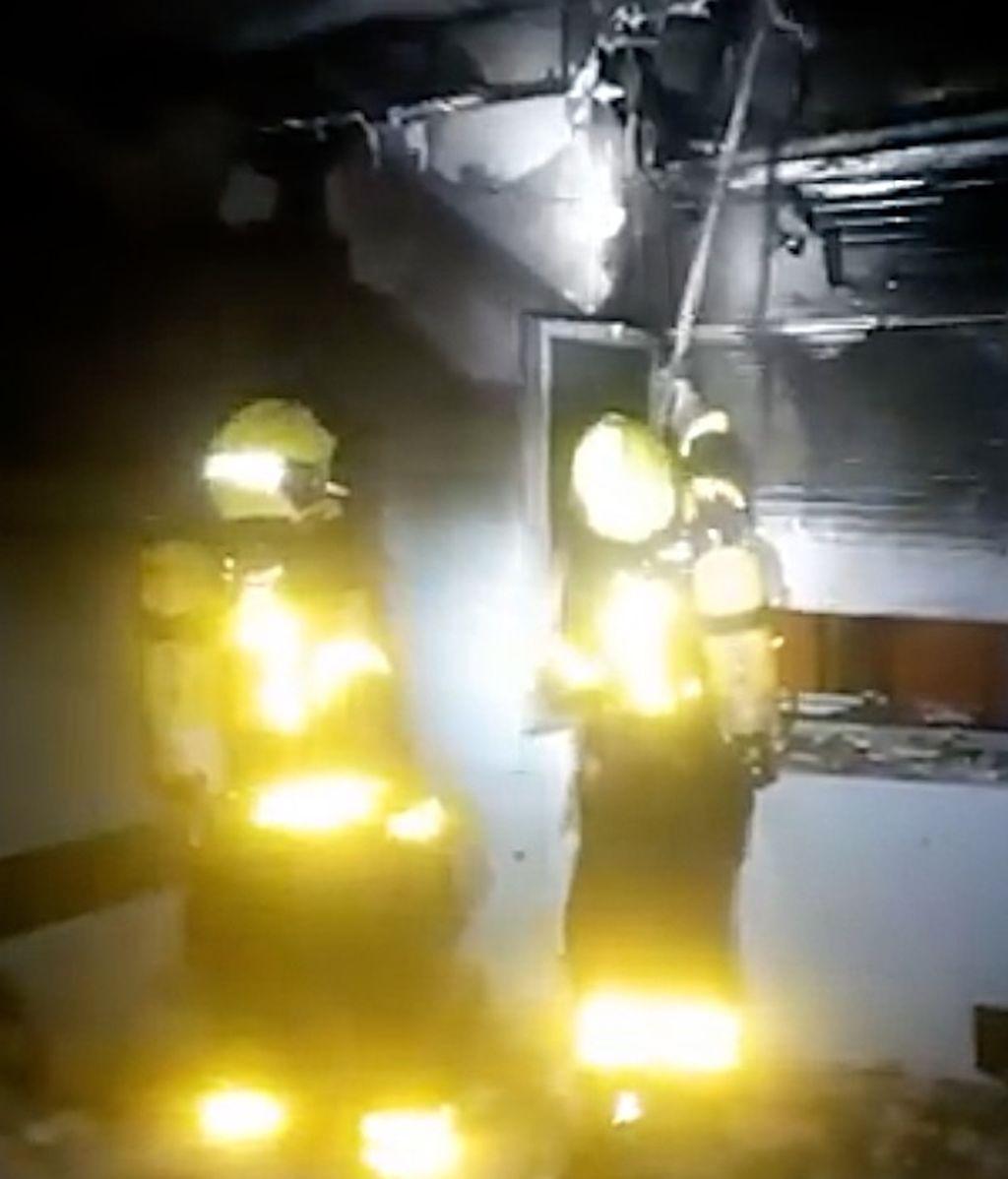 Los bomberos trabajando en la zona afectada