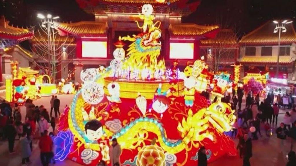China engalana sus calles de luz y color para celebrar su fiesta de Año Nuevo del Buey