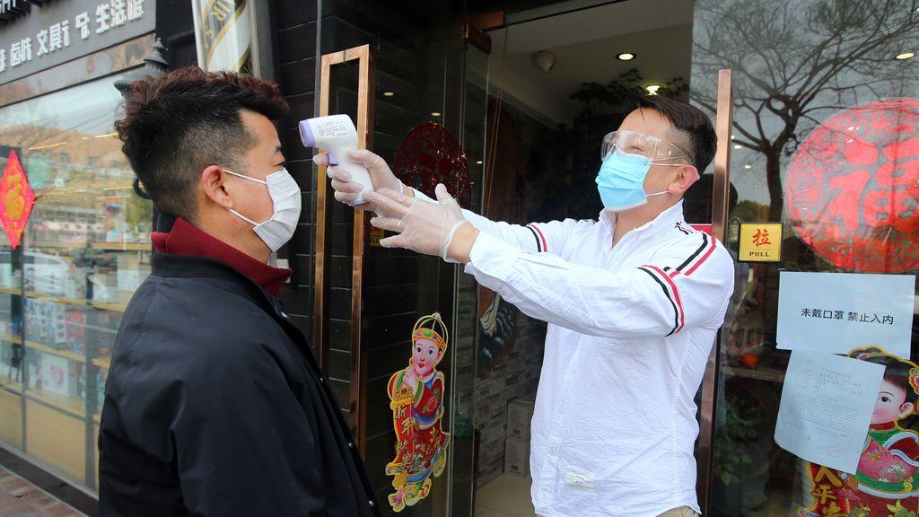 Éxodo chino: Unos vuelven a su país para vacunarse cuanto antes y otros por el cierre de sus negocios