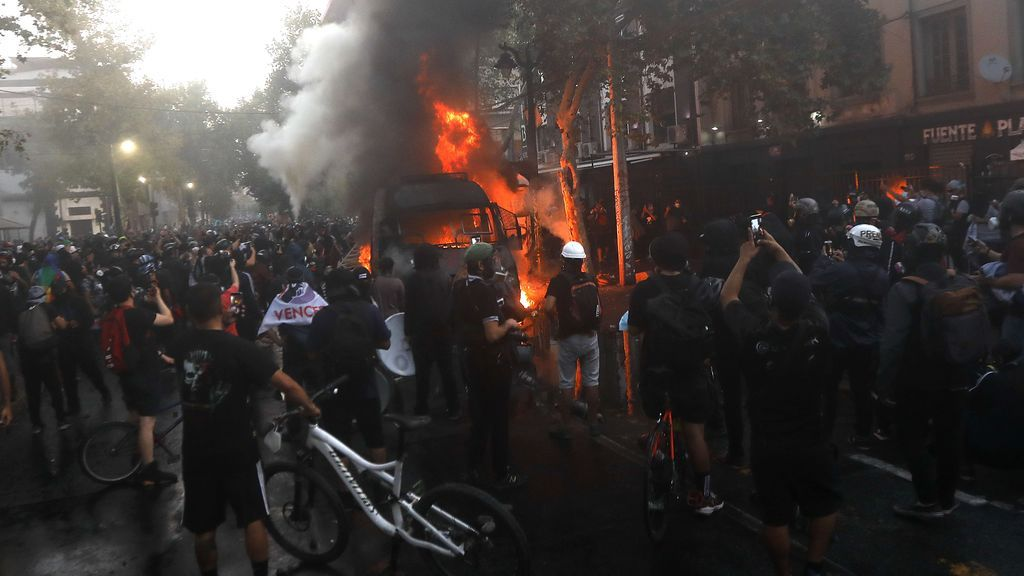Nuevos detenidos y agentes heridos en la ola de protestas sociales en Chile