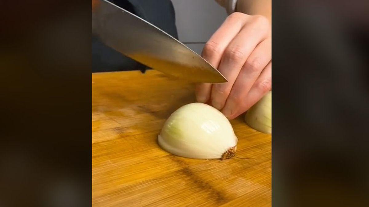 Una reconocida chef demuestra que llevas cortando la cebolla mal toda tu vida