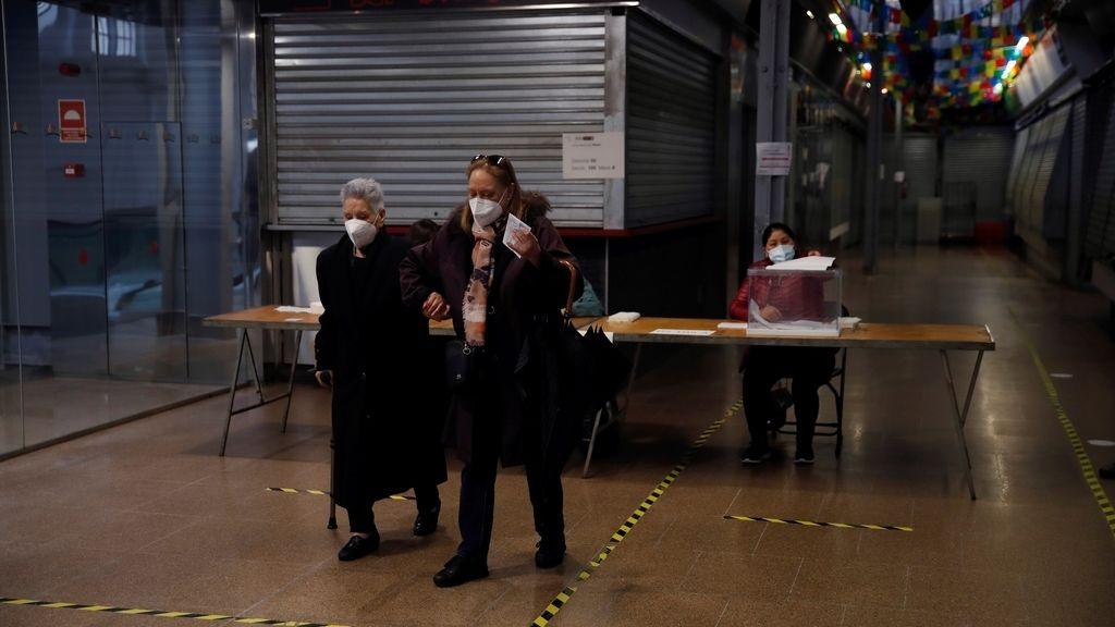 Dos mujeres tras votar en el colegio electoral situado en el Mercat del Ninot