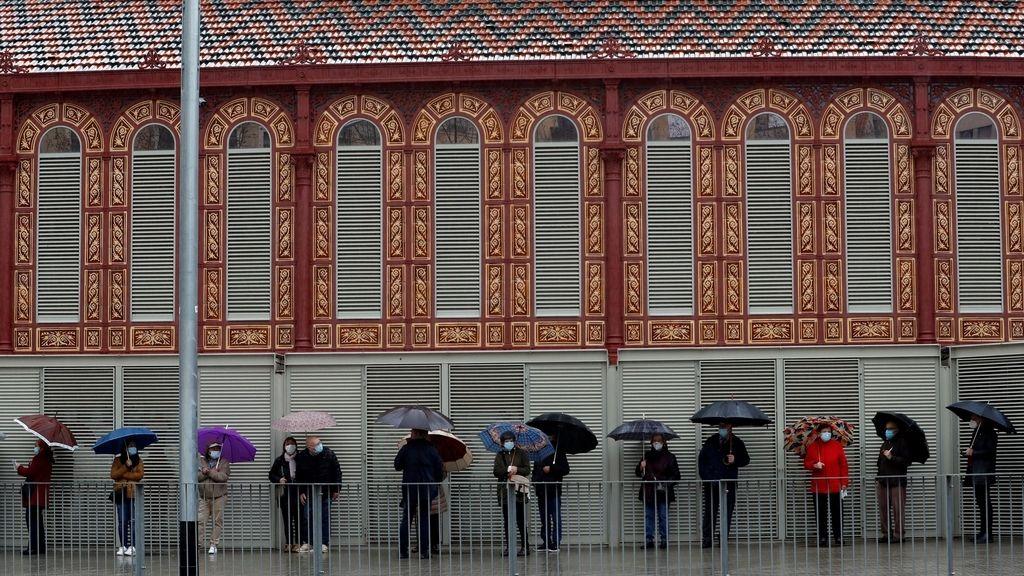 Numerosos votantes hacen cola en uno de los colegios electorales del Mercat de Sant Antoni