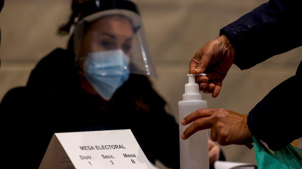 Las elecciones en Cataluña, minuto a minuto: colas, mascarillas, gel y toma de temperatura para acudir a votar