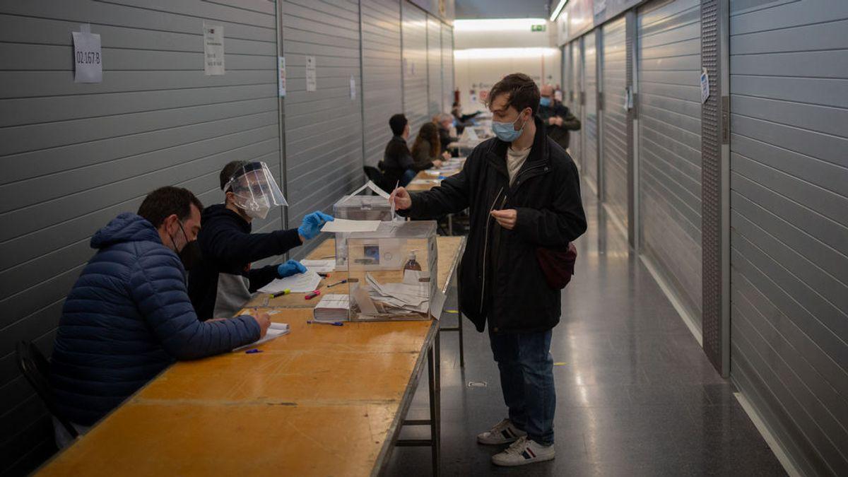 Mesa electoral en el Mercado de sant Antoni, en Barcelona.