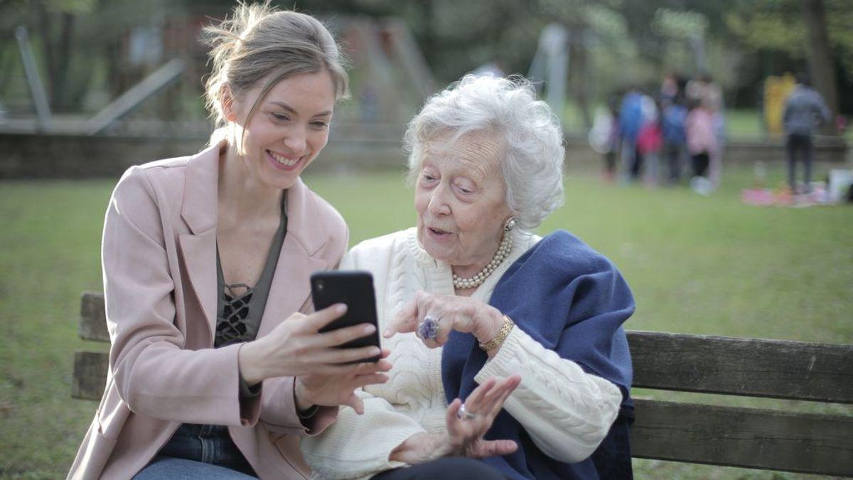 Madrid ofrece un curso 'online' para que los mayores aprendan a usar el móvil