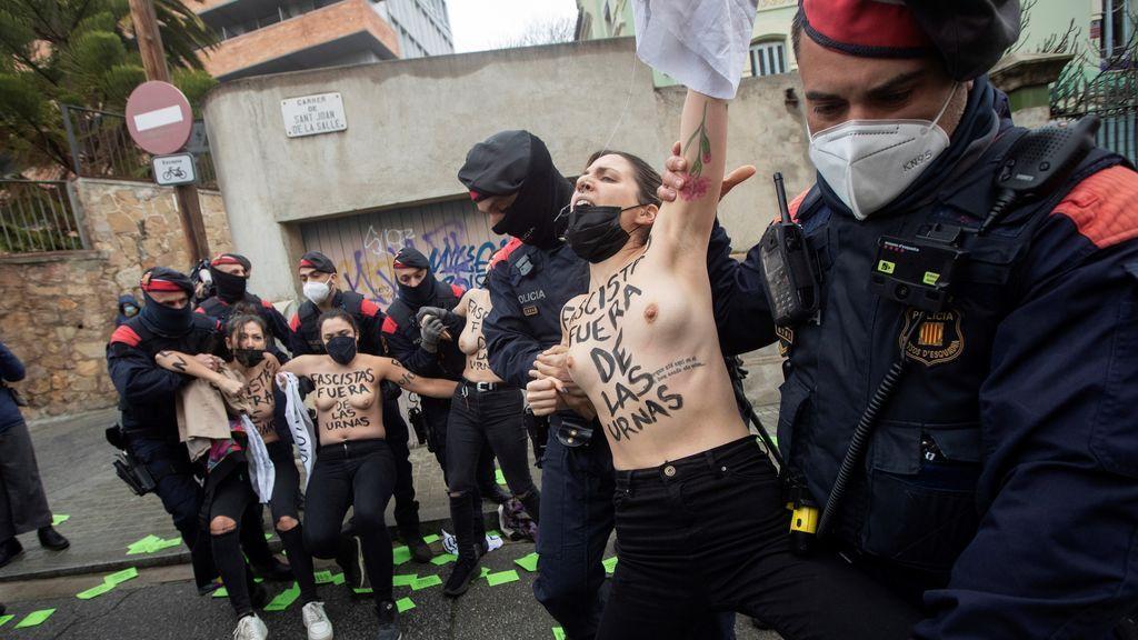 Cinco activistas de Femen protestan contra Garriga (Vox) ante su colegio electoral