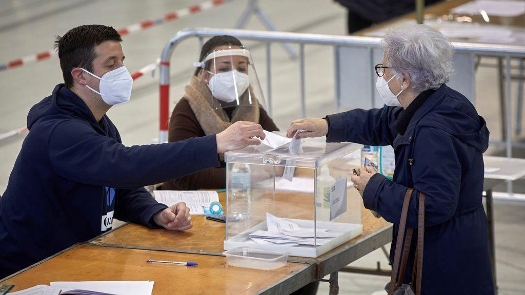 Una mujer vota en el colegio electoral del polideportivo municipal de Palau en Girona