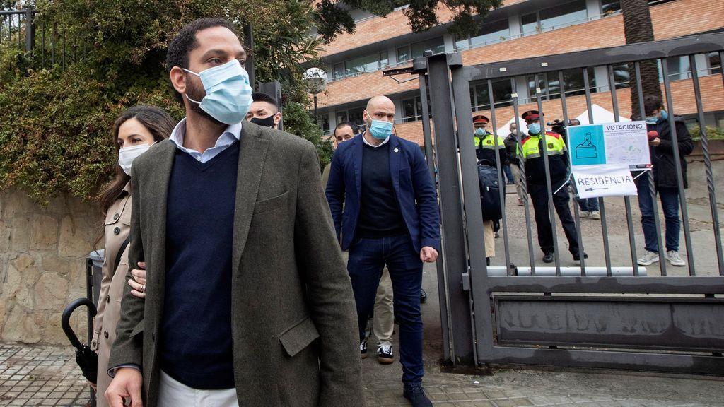 """Garriga califica de """"turba violenta"""" a las activistas que lo han increpado al acudir a votar"""