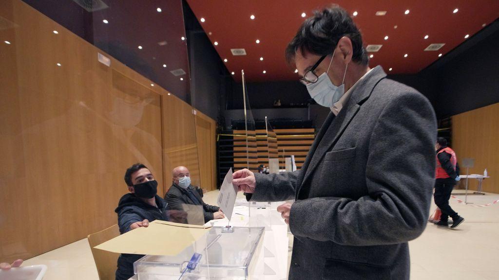 El candidato del PSC, Salvador Illa, vota en las elecciones catalanas