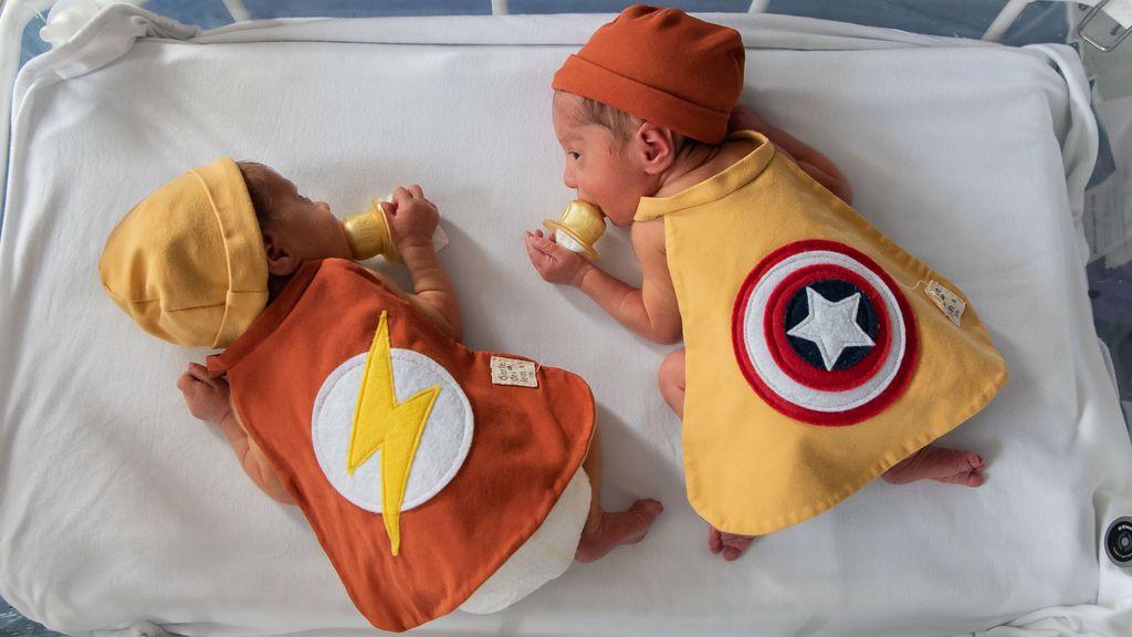 Los neonatos del Hospital Clínic de Barcelona celebran Carnaval disfrazados de superhéroes