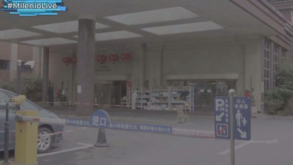Hombres ataviados con EPIs y estrictos controles de seguridad: así se enfrenta China al coronavirus