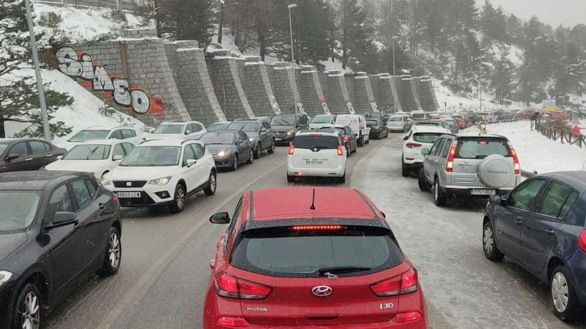 Cortada la carretera a Navacerrada ante el colapso del parking y las estaciones de esquí