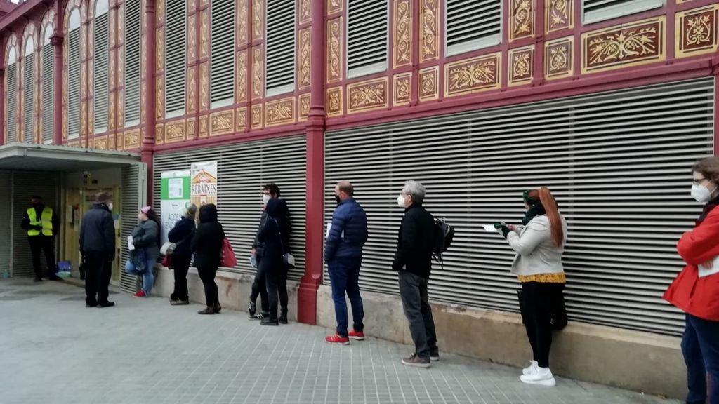 Colas en un colegio de Barcelona (2)