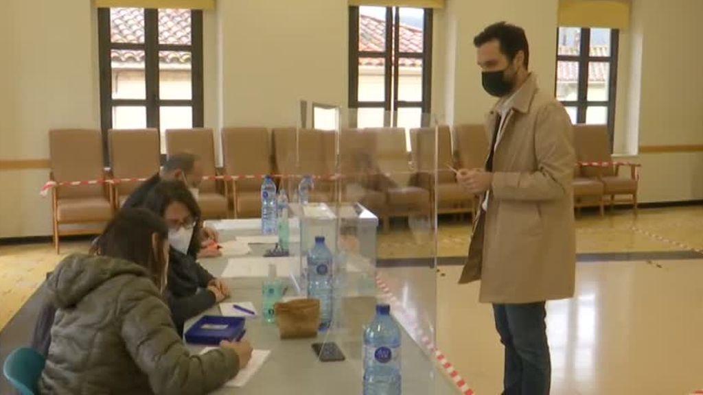 """Roger Torrent vota en Sarriá de Ter y lanza un mensaje de """"agradecimiento"""" a los miembros de las mesas electorales"""