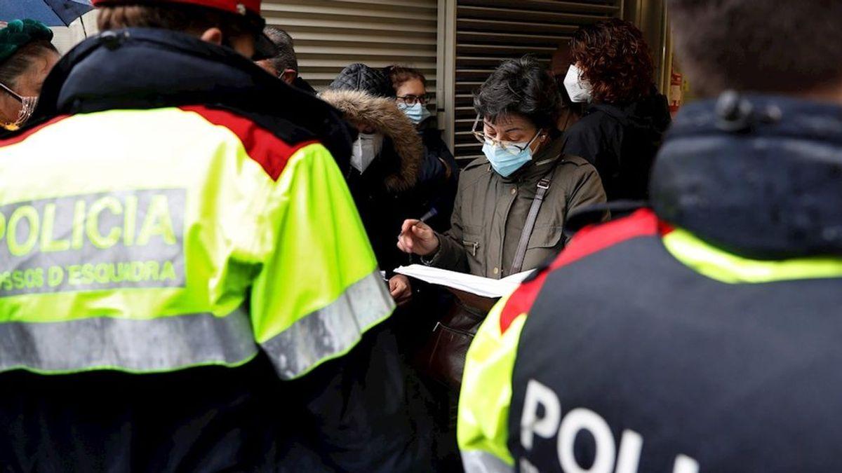 Detenidos dos jóvenes por negarse a llevar mascarilla para votar y agredir a dos mossos