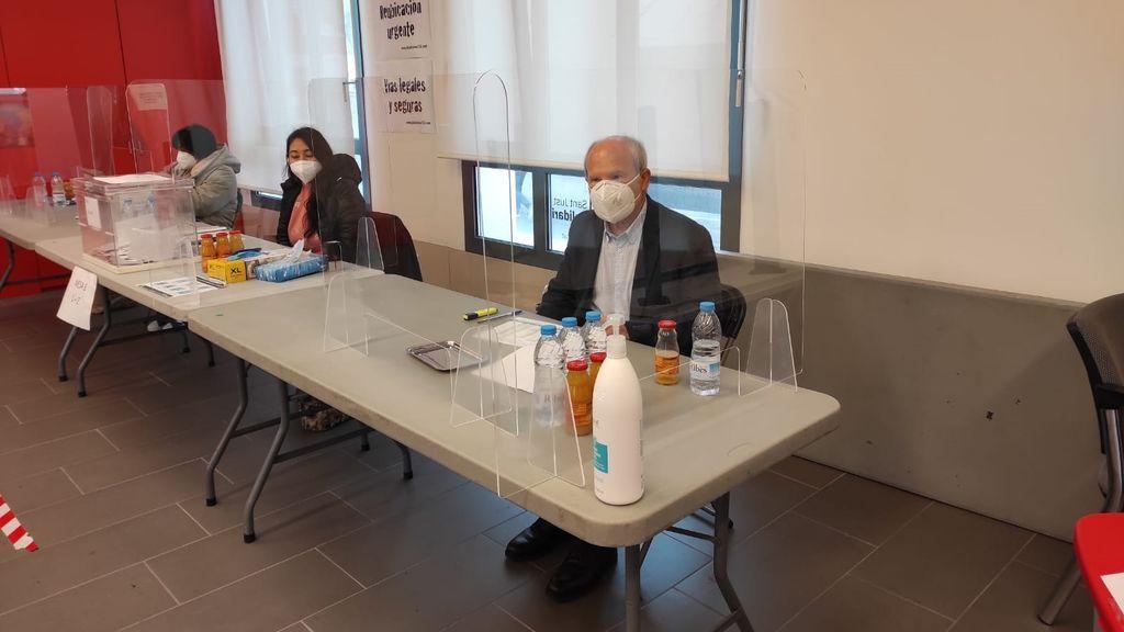 El expresident José Montilla, presidente de una mesa electoral en Sant Just Desvern