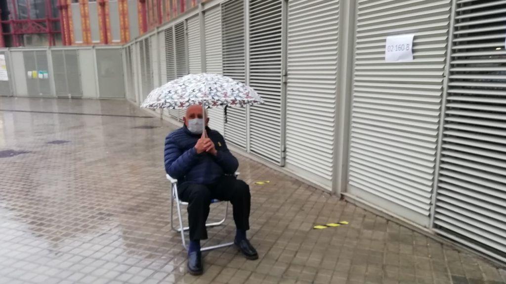 Hombre espera a votar en un colegio electoral en Barcelona