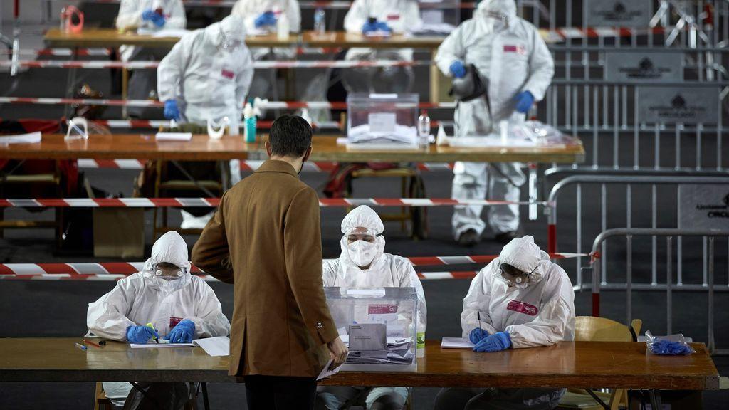 Imágenes para la historia: la atípica jornada electoral en Cataluña