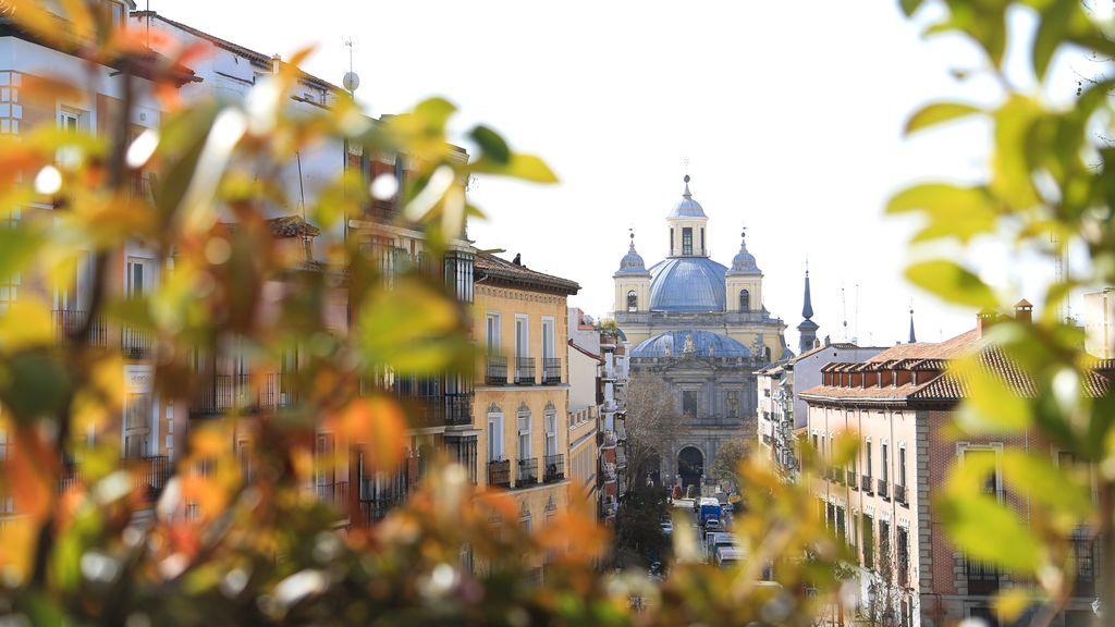 EuropaPress_3549942_catedral_santa_maria_real_almudena_vista_terraza_bar_viajero_barrio_latina