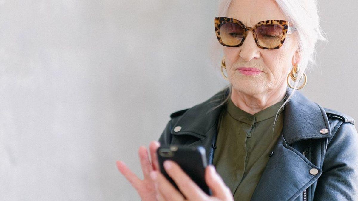 Letras tamaño XXL y más: el tiktoker que se mete en el móvil de su madre