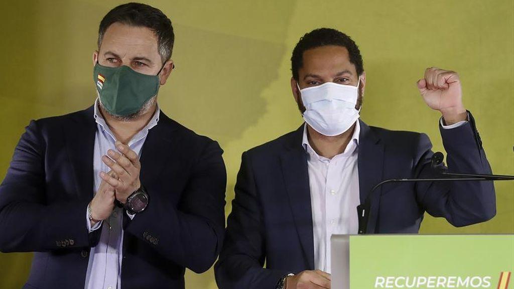 Santiago Abascal celebra con el candidato de Vox, Ignacio Garriga, el resultado de las catalanas