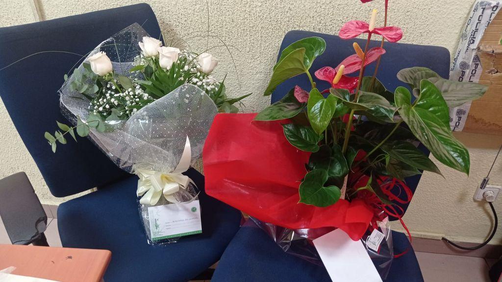 Oleada de solidaridad tras los disturbios de Linares: los vecinos llevan ramos de rosas y dedicatorias de apoyo a la Comisaría