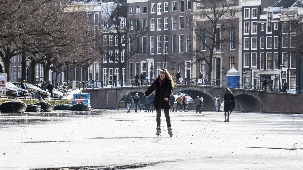 Cascadas de hielo y canales congelados: las imágenes del bello y gélido San Valentín en Europa